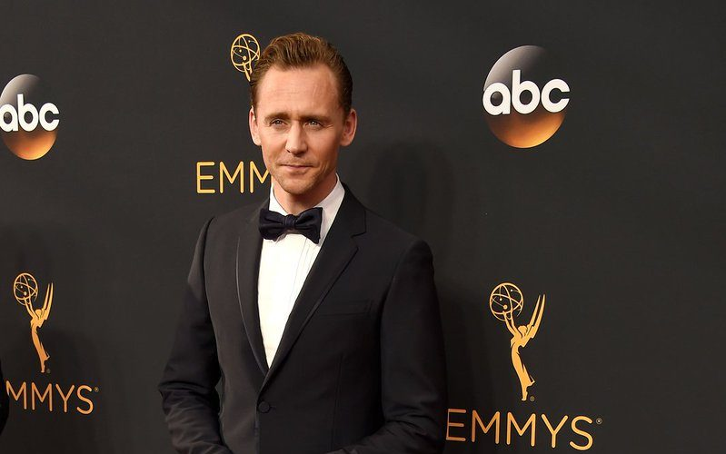 tom-hiddleston-in-gucci-at-the-68th-primetime-emmy-awards