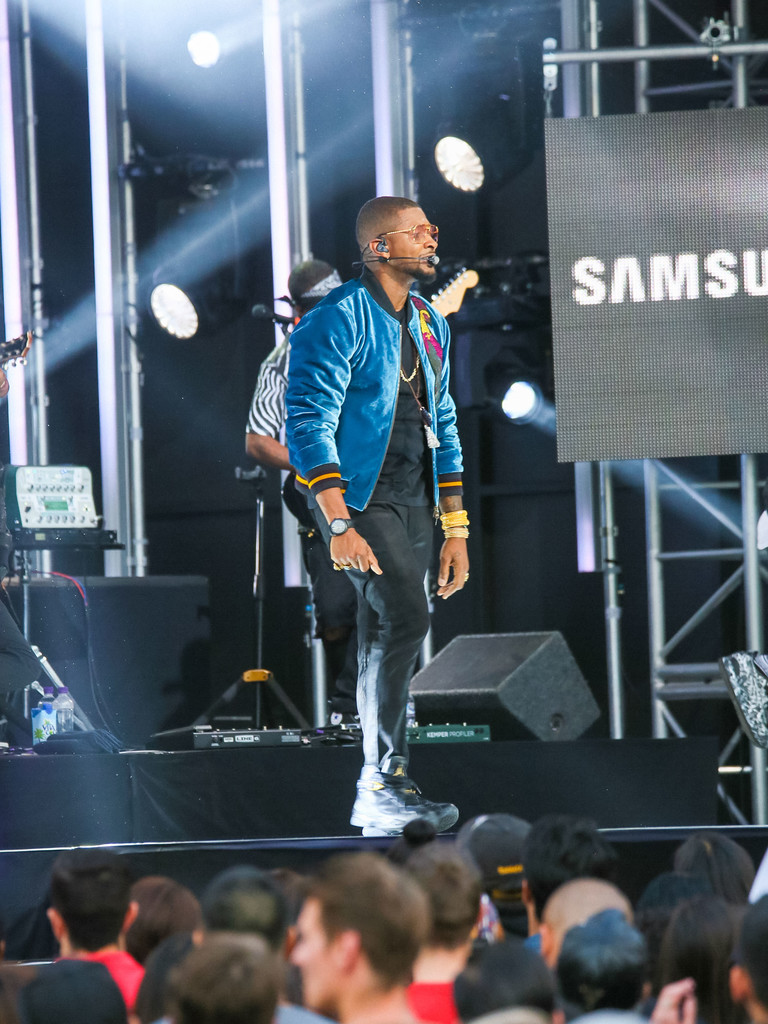 usher-performs-in-dries-van-noten-jacket-and-nike-air-jordan-sneakers-jimmy-fallon