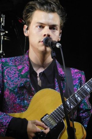 harry-styles-in-gucci-suit-designed-performing-in-chicago