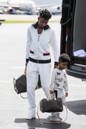 21-savage-and-his-son-carrying-louis-vuitton-bags-at-airport