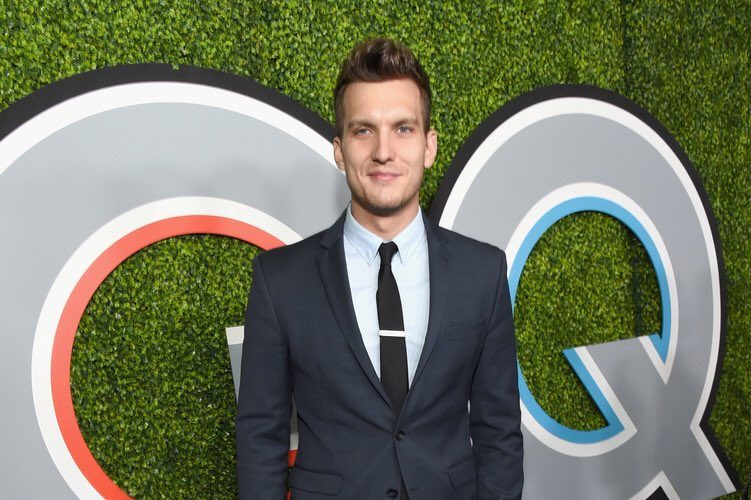 scott-michael-foster-in-kenneth-cole-suit-to-the-2017-gq-men-of-the-year-party