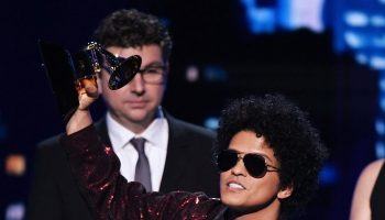 bruno-mars-in-maison-margiela-2018-grammy-awards