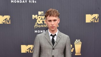 tommy-dorfman-in-thom-browne-2018-mtv-movie-tv-awards