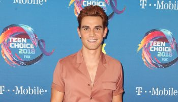 kj-apa-in-dzojchen-2018-teen-choice-awards
